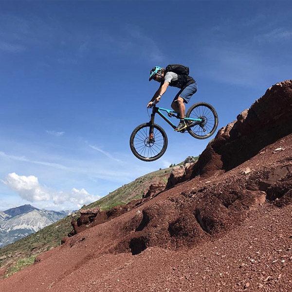 Riding: Une traversée all-mountain haute en couleurs