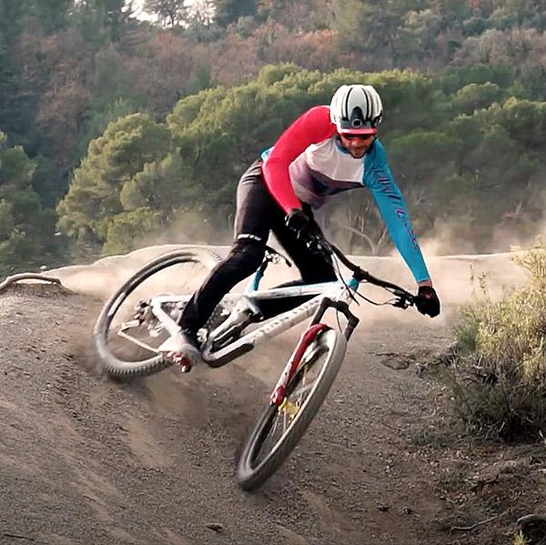 Vidéo: Fabien Barel ride à la maison pour Dainese